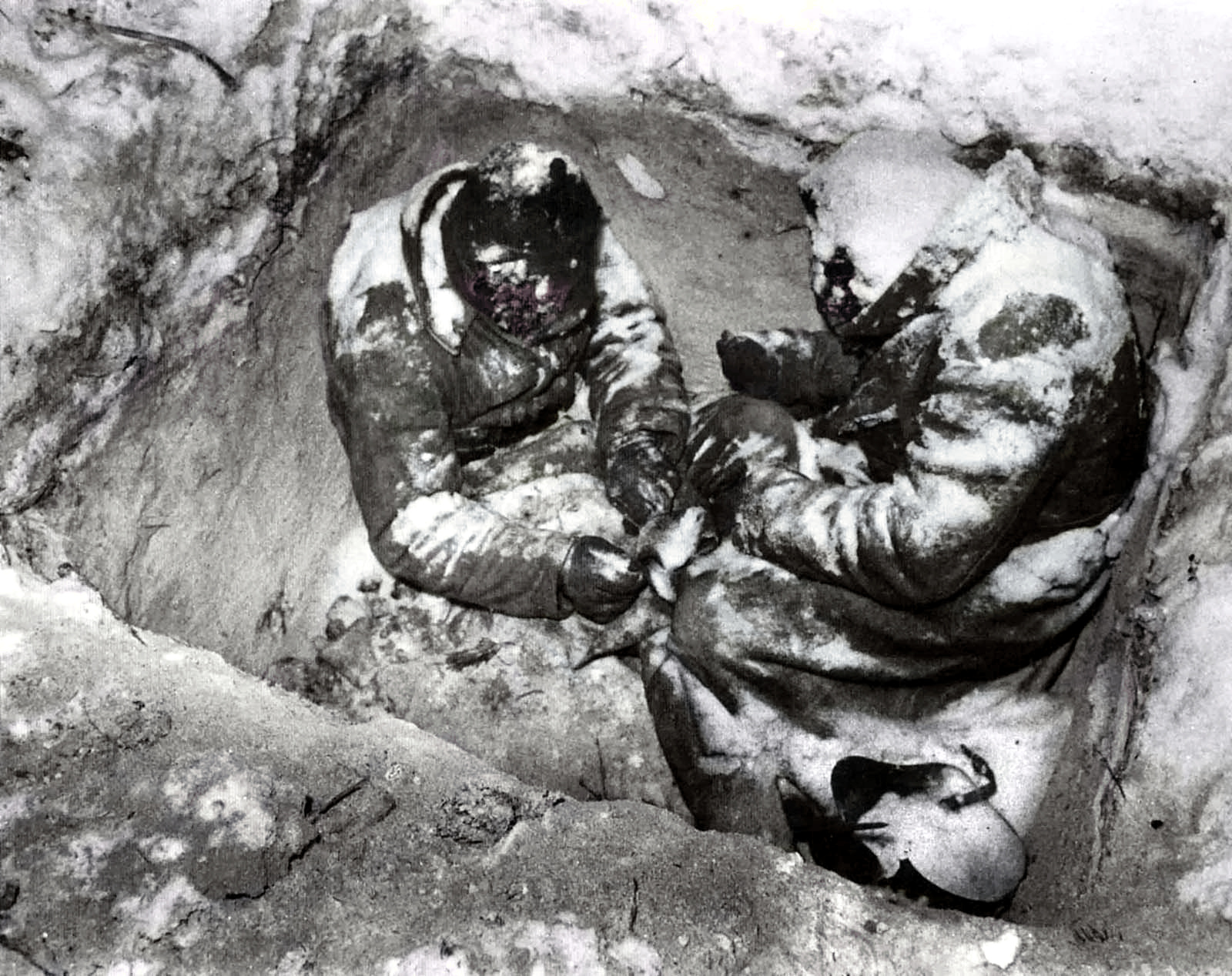 Two-Soviet-infantrymen-who-froze-to-death-in-their-fox-hole%2C-Finland%2C-1940