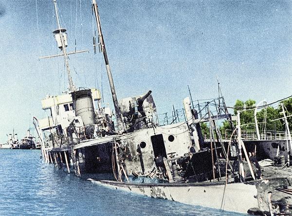 Iranian_gunboat_Babr_sunk_at_Khorramshar,_Iran,_on_25_August_1941